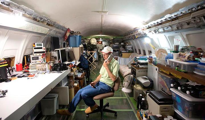 Bruce-campbell-el-hombre-que-vive-en-un-boing-727-backseries-3