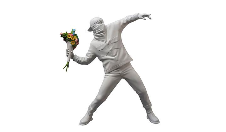 Medicom Toy reencarna a Bansky con su obra «Flower Bomber»