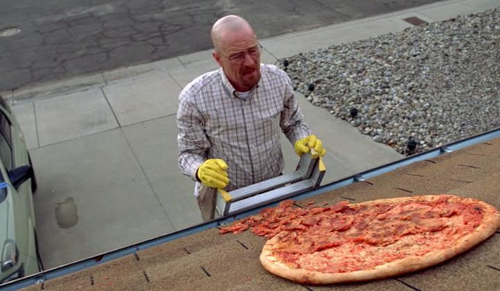 Siguen lanzando pizzas al tejado de Walter White