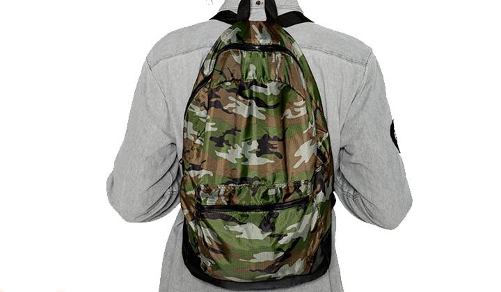 Summer-Essentials-20-productos-para-este-Agosto-mochila-plegable-camo