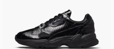 El cuero brillante viste de negro las adidas W Falcon Out Loud