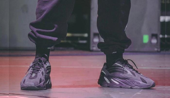 Kanye West deja ver las adidas Yeezy Boost 700 v2 Triple Black