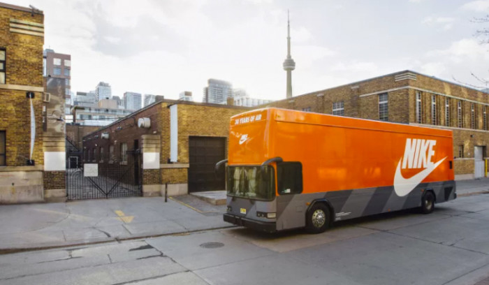 Un Autobús Air Max recorre las calles de Toronto...