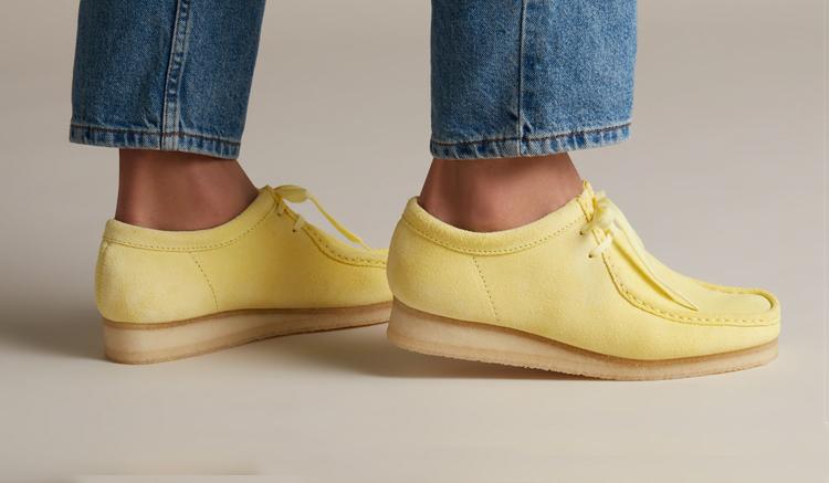 clarks-wallabee-amarillo-pastel