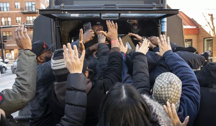 Kanye West reparte Yeezys gratis