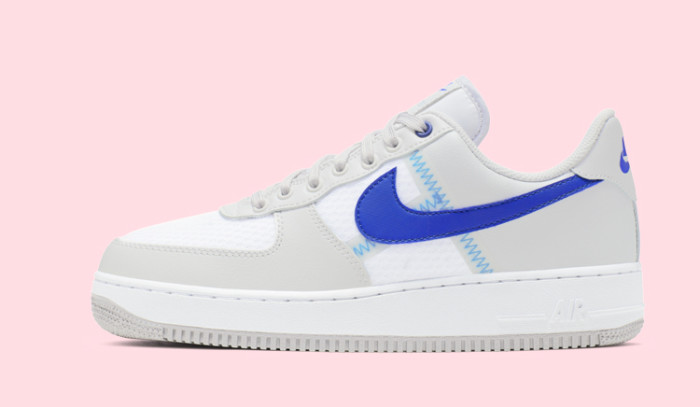 Las Nike Air Force 1 Racer Blue vienen deconstruidas y con costuras vistas.