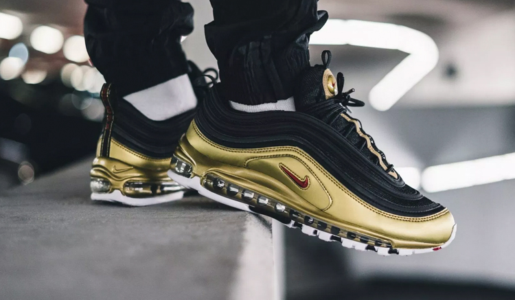 on-feet-nike-air-max-97-qs-metallic-pack-at5458-001-gold-on-feet