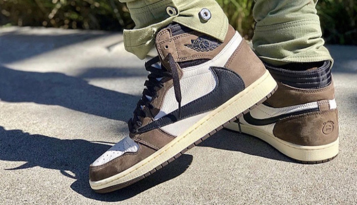 travis-scott-air-jordan-1-on-feet-CD4487-100-2