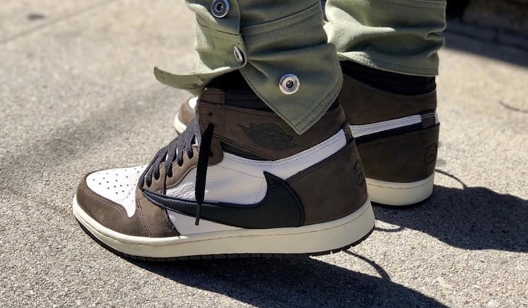 travis-scott-air-jordan-1-on-feet-CD4487-100